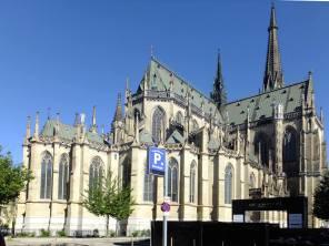Katedrála (tady jsem drobet narovnal svislé zdi, aby se to při tom pohledu zaspoda tolik nekácelo)