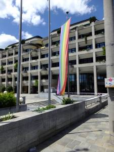 Duhová vlajka před Novou radnicí