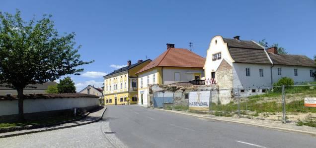 Část severní strany náměstí (vpravo proluka zřejmě po dvou zbořených domech)