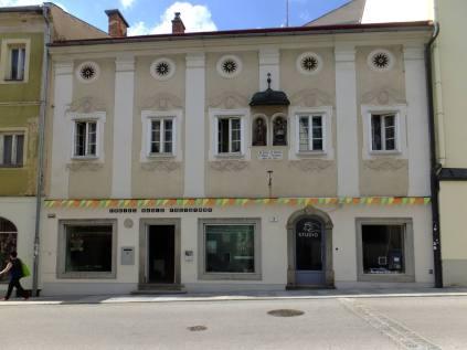 Pfarrgasse - sídlo místní rozhlasové stanice