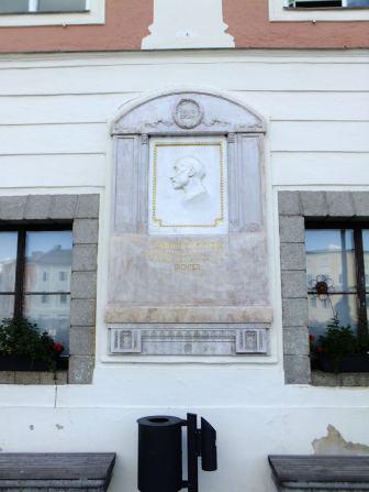 Pamětní deska Edwarda Samhabera na stěně radnice