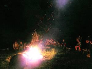 Závěrečný oheň Trapsavce (kvůli GDPR jsem radši vybral obrázek, kde není do ksichtů moc vidět) ;-)